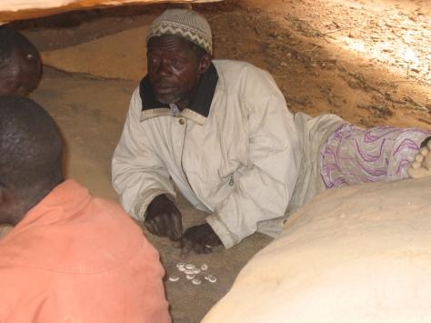 Soumaïla Goco, indovino che tira le conchiglie in una grotta di Lamasaga, febbraio 2009